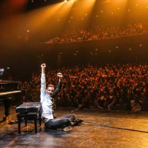 SPIJKENISSE, PIANIST PETER BENCE LIVE IN CONCERT, 28 OKTOBER 2017-  Uniek optreden van 's werelds snelste pianospeler in Theater de Stoep Voor het eerst in Nederland te zien en te horen: de internationaal bekende virtuoze pianist, opname kunstenaar, componist en producent: Peter Bence. Peter Bence is een gevestigd podiumkunstenaar en hij speelt over de hele wereld, hij speelde de afgelopen twee jaar in 17 landen op 4 continenten met groot succes . In september heeft hij het BBC Promsconcert geopend in Hyde Park, Londen, waar onder andere Ray Davies (The Kinks), Elaine Page en Gilbert O 'Sullivan acte de presence geven. De 25-jarige Peter Bence behaalde in 2012 het Guinness World Record als 'snelste pianospeler' met  765 pianoaanslagen per minuut. Hij veroverde het internet met zijn pianoarrangementen van Michael Jackson, Queen and Sia, waarmee hij in de afgelopen twee jaar meer dan 150 miljoen videohits verzamelde en dat hem een groot aantal volgers opleverde op YouTube en Facebook. De afgelopen weken scoorde Peter Bence wereldwijd dé youtube hit van deze tijd met zijn eigen versie van de zomerhit Despacito van Luis Fonsi. De Peter Bence versie van deze hit werd inmiddels bijna 24 miljoen keer bekeken op Facebook en meer dan 1,2 miljoen keer via YouTube. COPYRIGHT PETER DE JONG